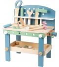 Drevený pracovný stôl so zverákom a náradím, pastelový